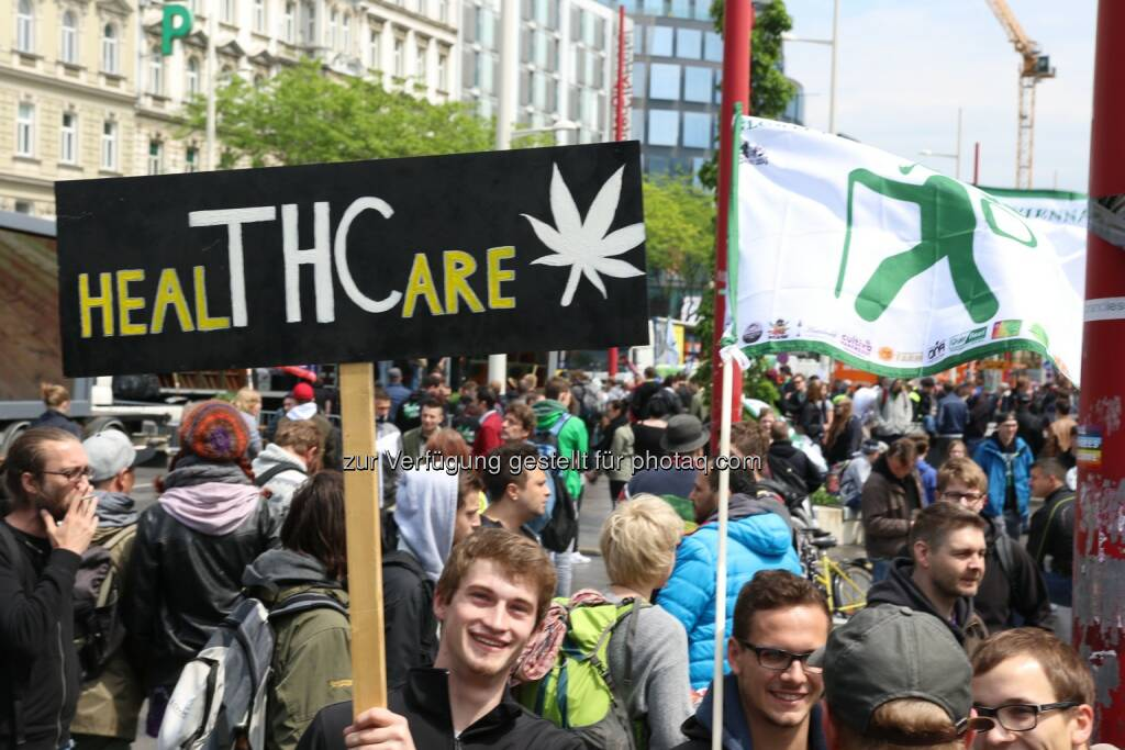 Ein Teilnehmer des Hanf Wandertags mit Schild - Österreichischer Hanf Verband: Der Deutsche Hanfverband ruft zum Global Marijuana March 2017 (Fotograf: David Rosse / Fotocredit:ÖHV - Hanfverband.at), © Aussender (04.05.2017)