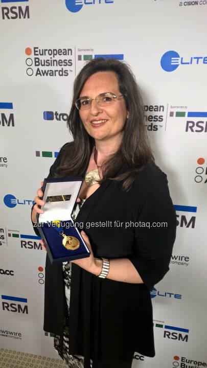 Gabriela Maria Straka, Kommunikation, PR & CSR bei der Brau Union Österreich, nahm den Preis in Dubrovnik entgegen. - Brau Union Österreich AG: European Business Awards: Brau Union Österreich unter den Top 10 (Fotocredit: European Business Award 2016/2017)
