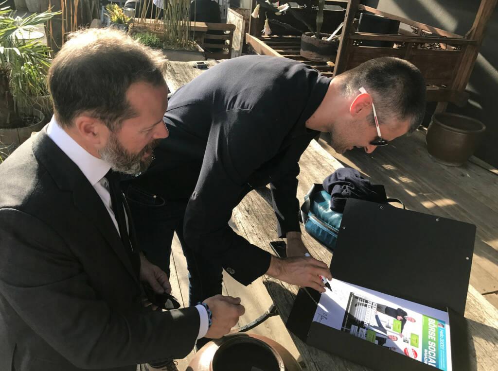 Alles Gute: Bernhard Lehner und Michael Eisler unterschreiben das Cover von http://www.boerse-social.com/magazine  (15.05.2017)