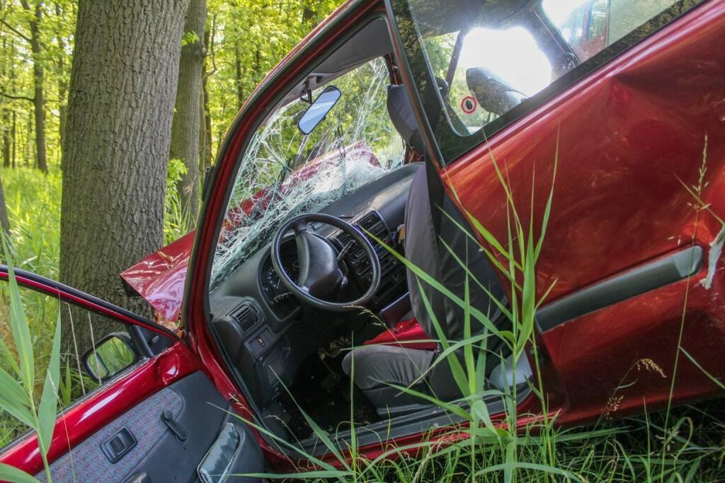 Crash, Unfall, Autounfall (Bild: Pixabay/Rico_Loeb https://pixabay.com/de/unfall-crash-baum-auto-pkw-panne-2161956/ ) (15.05.2017)