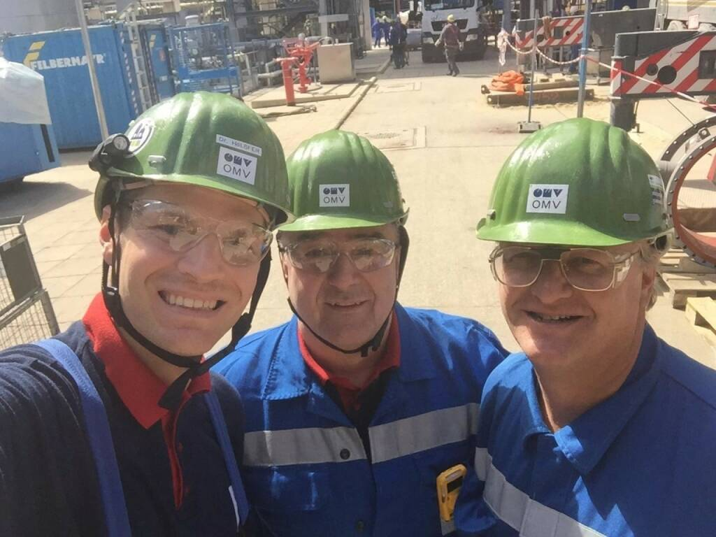 OMV - Our Board member Manfred Leitner visited the Schwechat refinery last week, where a so-called 'Turnaround' is currently underway. He met up with the highly motivated team, and even though this major project is keeping everyone very busy, there's always time for a selfie :) Find out more in our video: http://bit.ly/2oslVo0 (17.05.2017)