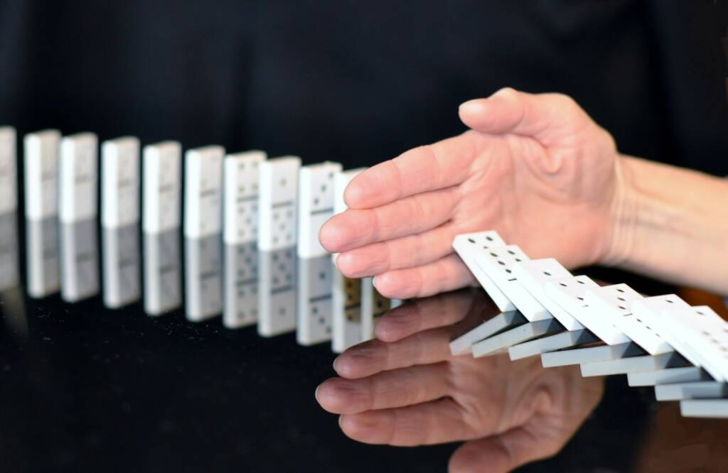 Domino, Serie, Ende, Unterbrechung, Break, Stopp, Pause, Stop (Bild: Pixabay/ivanacoi https://pixabay.com/de/domino-hand-stopp-korruption-665547/ ) (18.05.2017)