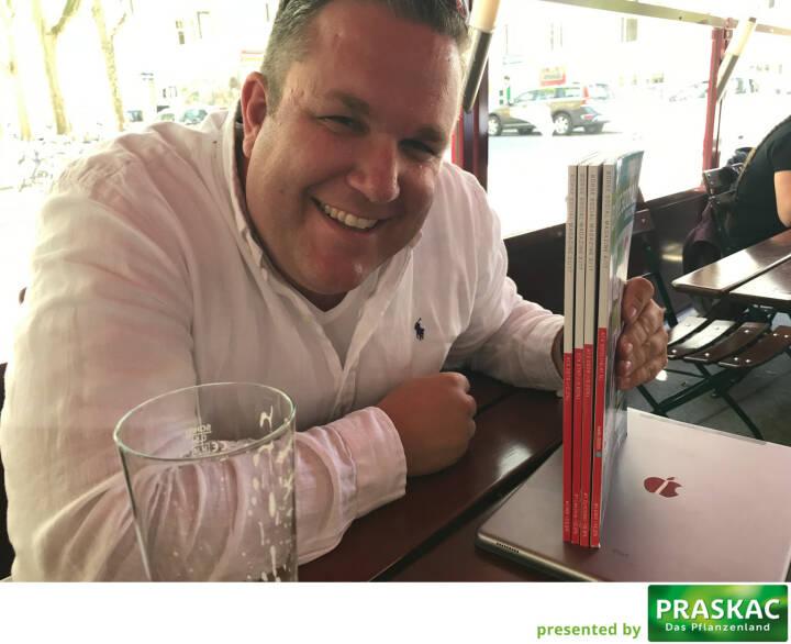 German of the Board Christoph Scherbaum zeigt, wie Heftrücken richtig gemacht werden