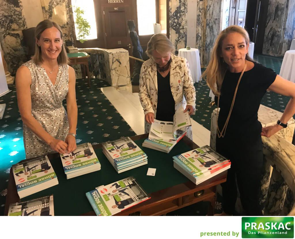 Die Zertifikate-Strecke im http://www.boerse-social.com/magazine wird mit Post-its gekennzeichnet; Valerie Ferencic, Heike Arbter und Elke Müller haben spontan Hilfe zugesagt (21.05.2017)