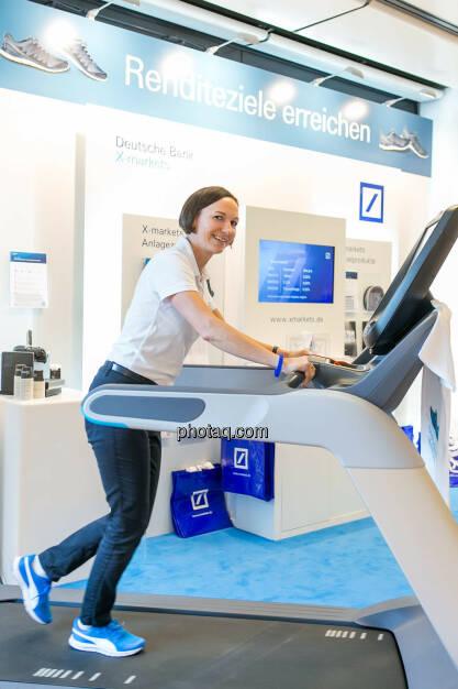 Justyna Kojro (Deutsche Bank X-markets), Laufband https://evofitness.at , Deutsche Bank X-markets, Börsentag Wien, 20.5.2017, © Martina Draper photaq.com (am Ende der Diashow zusätzlich diverse Handy-Pics) (21.05.2017)