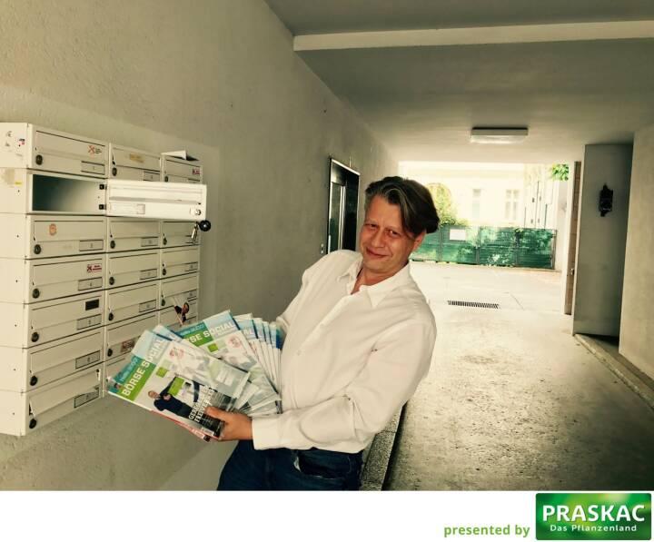Robert Gillinger (Börse Express) mit den frischen Magazines in der Post