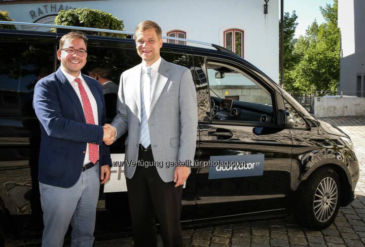Maxim Nohroudi und Dr. Olaf Heinrich vor dem Freyung Shuttle - Door2Door: Weltpremiere im Bayerischen Wald: Stadt und Startup fahren gemeinsam in die Zukunft (Fotocredit: Door2Door)