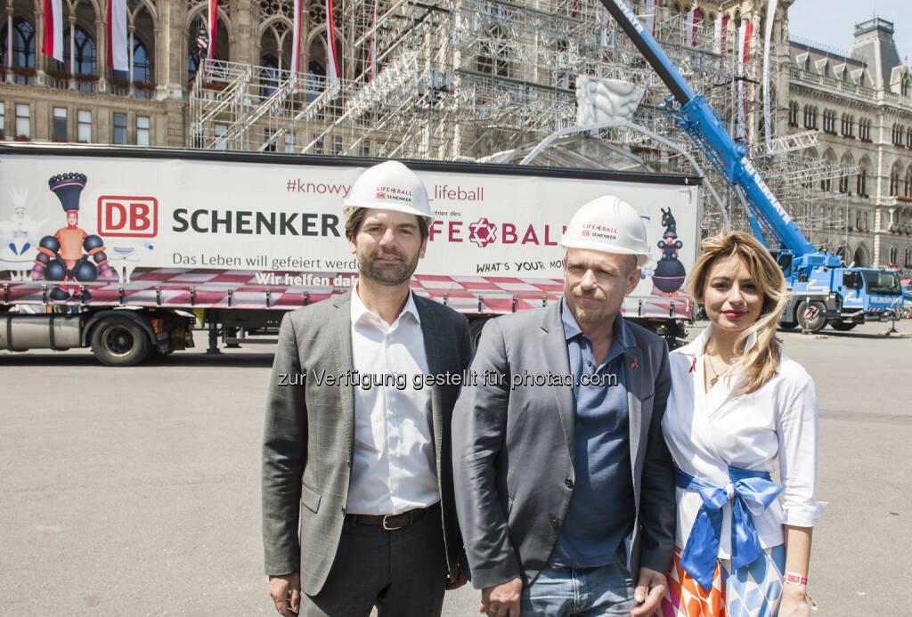 Helmut Schweighofer (CEO von DB Schenker in Österreich und Südosteuropa), Gery Keszler (Gründer und Organisator des Life Balls), AMRA Bergman (Bühnenbildnerin) - DB Schenker in Österreich: Life Ball 2017: DB Schenker transportiert aufwendiges Equipment auf den Wiener Rathausplatz (Fotograf: STEFANIE J. STEINDL / Fotocredit:DB Schenker), © Aussender (01.06.2017)