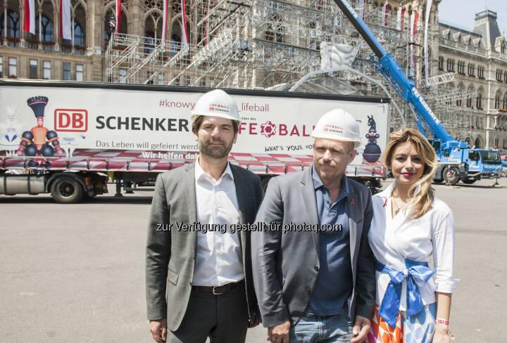 Helmut Schweighofer (CEO von DB Schenker in Österreich und Südosteuropa), Gery Keszler (Gründer und Organisator des Life Balls), AMRA Bergman (Bühnenbildnerin) - DB Schenker in Österreich: Life Ball 2017: DB Schenker transportiert aufwendiges Equipment auf den Wiener Rathausplatz (Fotograf: STEFANIE J. STEINDL / Fotocredit:DB Schenker)