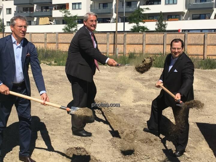 von links: Gerhard Schuster (3420 aspern development AG), Ernst Nevrivy (Bezirksvorsteher Donaustadt) und Daniel Riedl (CEO Buwog AG) beim Spatenstich in der Seestadt Aspern