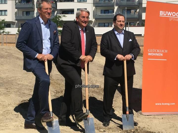 von links: Gerhard Schuster (3420 aspern development AG), Ernst Nevrivy (Bezirksvorsteher Donaustadt) und Daniel Riedl (CEO Buwog AG) beim Spatenstich für das Projekt See See in der Seestadt Aspern