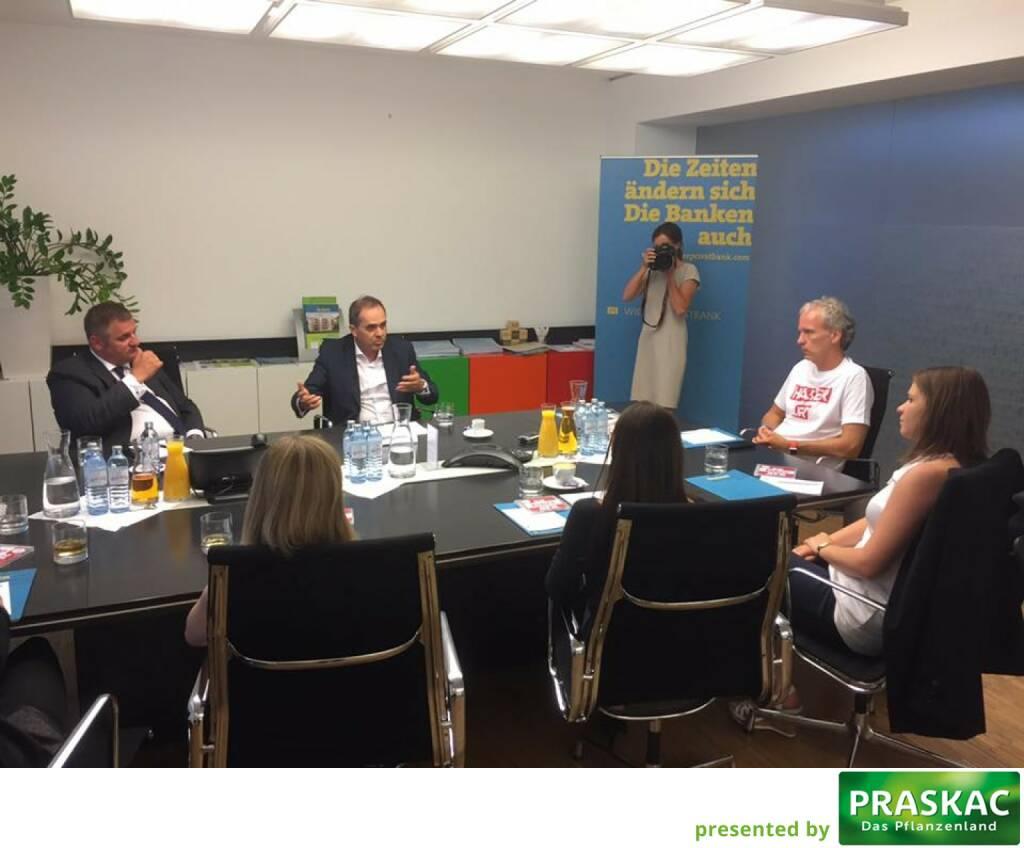 Im WIENER-Shirt, weil für den WIENER: Mit Edi Berger und Wolfgang Matejka beim Geld-Roundtable in der Wiener Privatbank mit Studentinnen der FH St. Pölten (c) Michael Müller (13.06.2017)