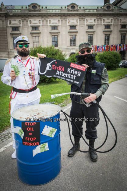 Künstlerkollektiv Kohlenstoff: Österreich bekommt Freundschaftspreis des internationalen Terrors (Fotocredit: Künstlerkollektiv Kohlenstoff), © Aussender (19.06.2017)