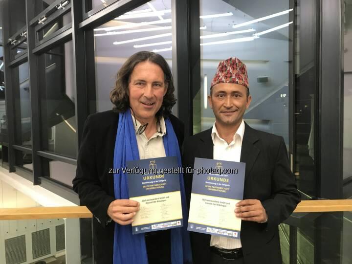 Christian Hlade und Sudama Karki - WELTWEITWANDERN GmbH: Weltweitwandern für 'Beste Partnerschaft international' geehrt (Fotocredit: www.weltweitwandern.com)