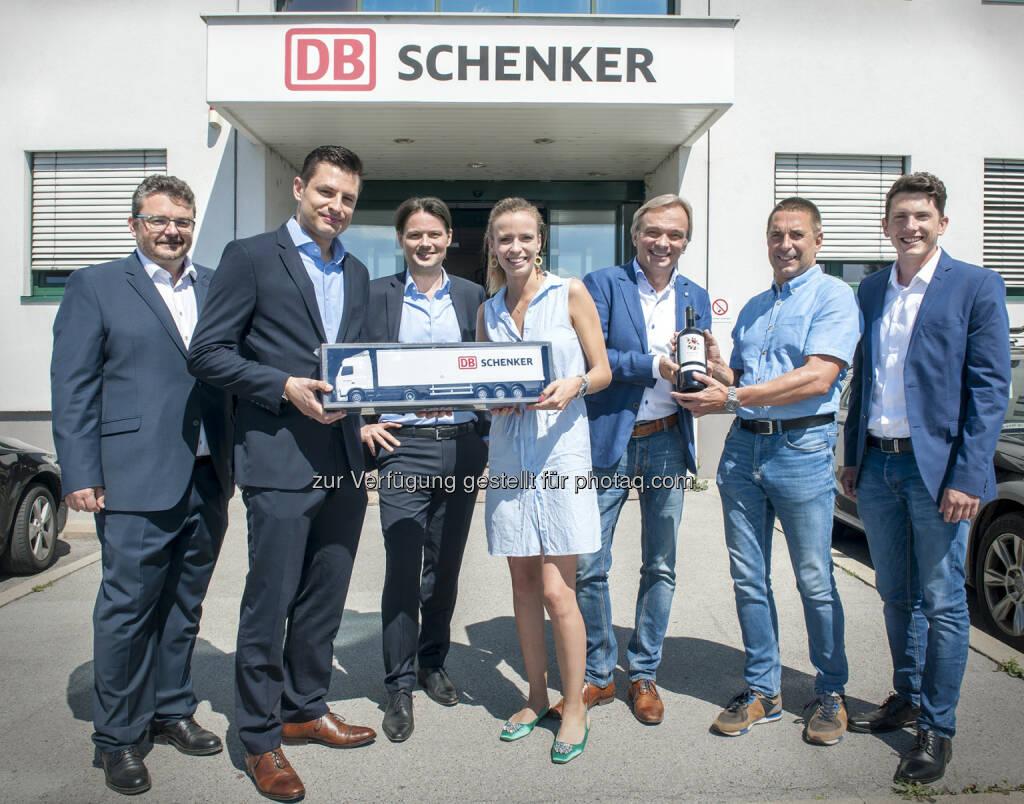 Im Bild von links nach rechts: Wolfgang Fischer (DB Schenker), Martin Hackl (DB Schenker), Matthias Eder (DB Schenker), Caro Kammerer (WEIN & CO), Harry Matzl (DB Schenker), Wolfgang Frühbauer (WEIN & CO), Christoph Fiedler (WEIN & CO) - DB Schenker in Österreich: WEIN & CO setzt künftig auf Expertise von DB Schenker (Fotograf: STEFANIE J. STEINDL / Fotocredit: DB Schenker), © Aussender (20.06.2017)