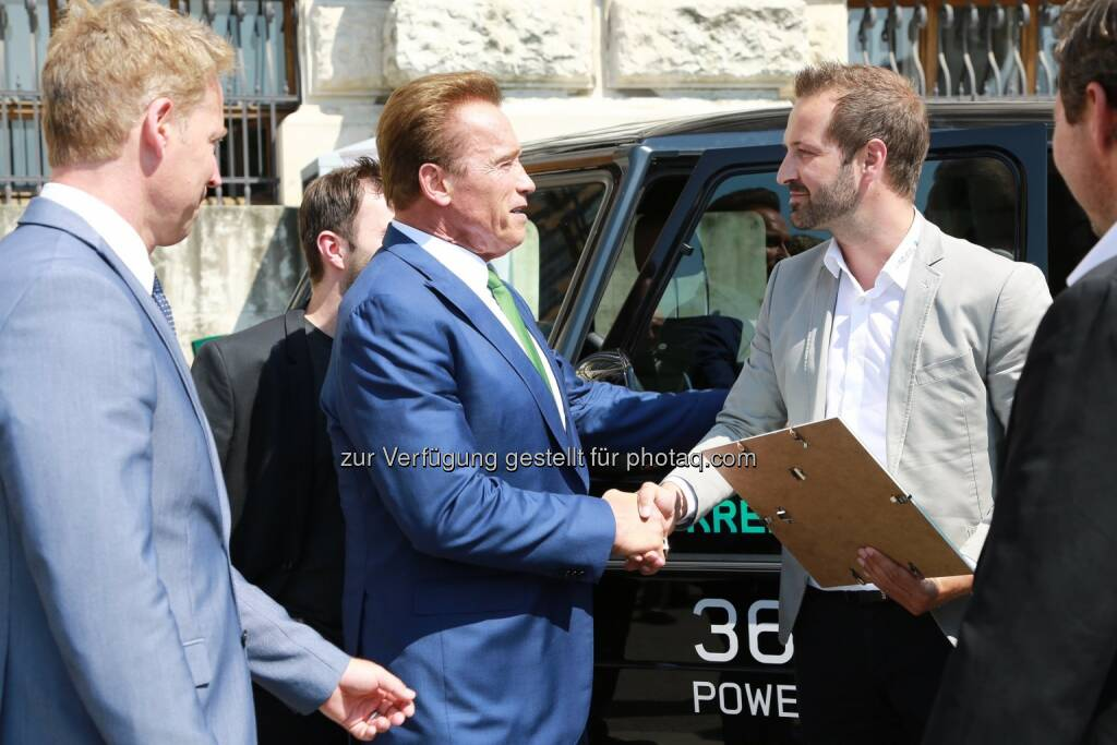 Arnold Schwarzenegger und CEO Christian Schloegl von Kreisel Electric bei der Übergabe des Austrian World Summit Innovation Award 2017 vor der Wiener Hofburg am 20.06.2017 - Kreisel Electric GmbH: Austrian World Summit Innovation Award 2017 geht an Kreisel Electric (Fotocredit: Copyright_R20_Fotograf_MartinHesz), © Aussender (21.06.2017)