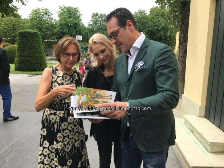 Philippa und HC Strache bedankten sich bei der Direktorin Dagmar Schratter - Freiheitlicher Parlamentsklub - FPÖ: Ehepaar Strache übernimmt Tierpatenschaft in Schönbrunn (Bild: FPÖ)