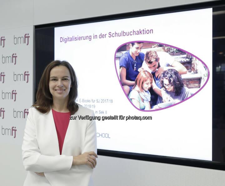 Bundesministerin Sophie Karmasin - Bundesministerium für Familien und Jugend: Gehen Weg Richtung digitales Klassenzimmer konsequent weiter! Die Digitalisierung in der Schulbuchaktion wird in den Schuljahren 2017/18 und 2018/19 weiter vorangetrieben. (Bild: BMFJ / Aigner)