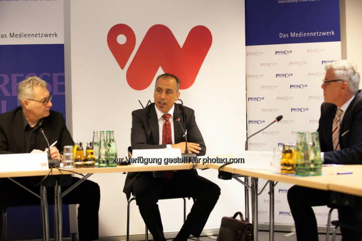Cengiz Ehliz (Mitte) - weeConomy AG wird zum globalen Blue-Chip für Mobile Payment, Cashback-System wee übertrifft bei der Markteinführung Ziele (Bild:  obs/weeCONOMY AG)