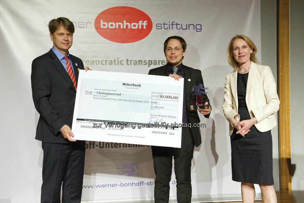 Preisübergabe  v.l. Till Bartelt (Vorstand), Tim Wessels (Preisträger 2013), Staatssekretärin Annette Niederfranke (Laudatorin), © gruendungszuschuss.de (19.05.2013)