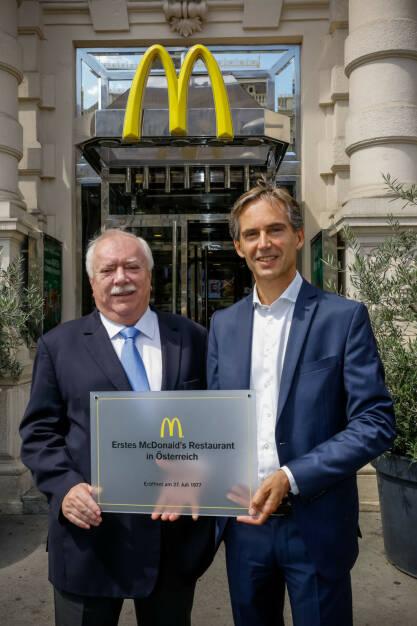 McDonald's Österreich: Bürgermeister gratuliert Burgermeister, v.l.n.r.: Dr. Michael Häupl und Andreas Schmidlechner, Bildcredit: McDonald's Österreich, Fotograf: Christian Husar, © McDonald's (Homepage) (03.07.2017)