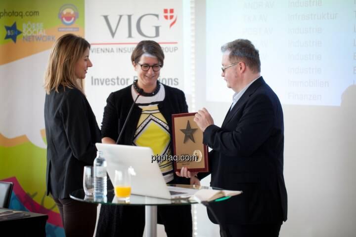 Flughafen Wien wird in die Hall of Fame aufgenommen: Judit Helenyi (Leitung Investor Relations, Flughafen Wien) übernimmt den Preis von Gregor Rosinger (Rosinger Group) und Christine Petzwinkler (BSN) http://www.boerse-social.com/hall-of-fame