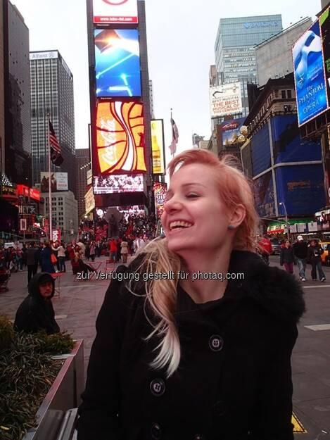 Julie Böhm am Times Square, New York http://www.spykeheels.com (20.05.2013)