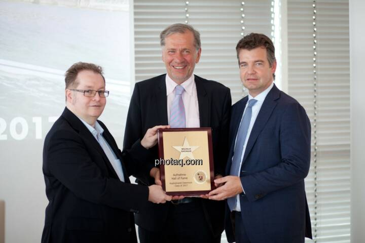 Wilhelm Rasinger (Mitte, IVA) wird in die Hall of Fame aufgenommen, links: Gregor Rosinger (Rosinger Group), rechts: Marc Tüngler (DSW) http://www.boerse-social.com/hall-of-fame