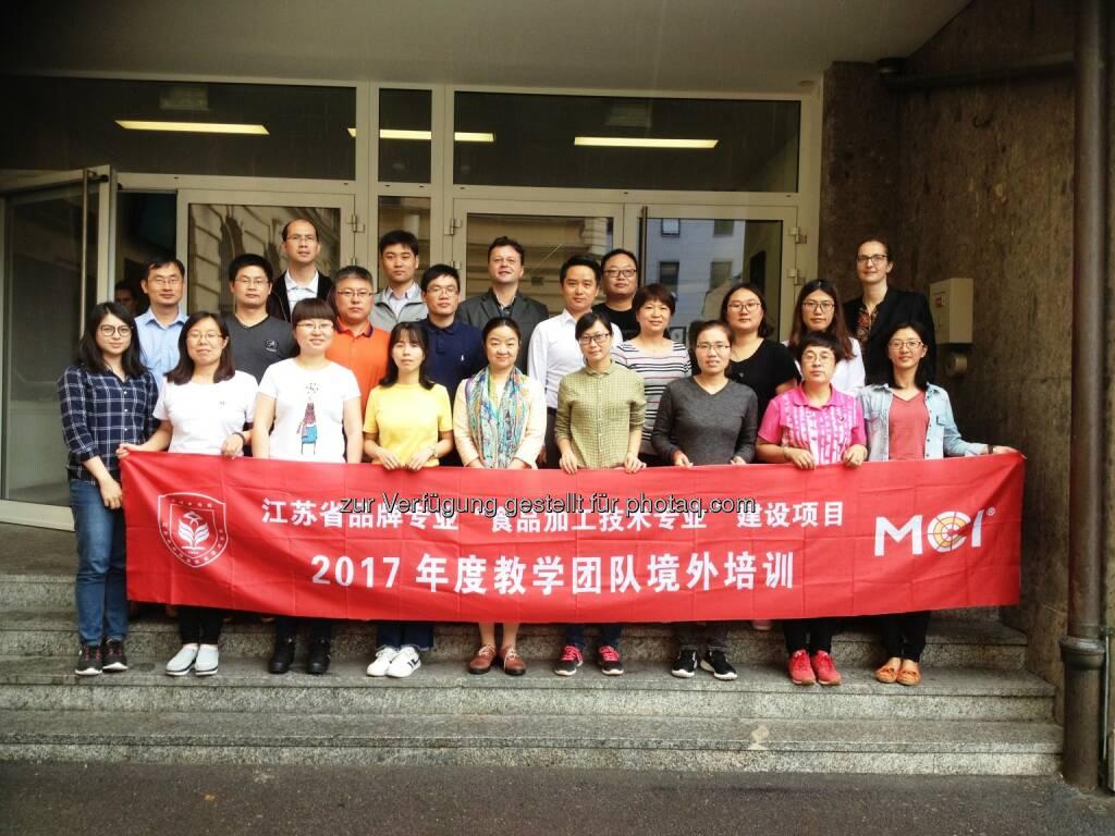 Die Delegation des chinesischen JFPC Colleges am MCI. Vorne Bildmitte JFPC-Vizerektorin Weiwei Zhai, hinten Bildmitte MCI-Koordinatior Vladan Antonovic, hinten rechts MCI-Studiengangsleiterin Katrin Bach. - MCI Management Center Innsbruck: MCI goes China (Fotocredit: MCI), © Aussender (13.07.2017)