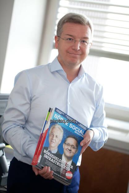 Michael Höllerer, Generalbevollmächtigter bei der RBI, mit dem Börse Social Magazine (Fotocredit: Michaela Metja/photaq.com)  (19.07.2017)