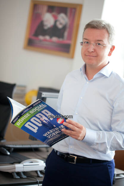 Michael Höllerer (RBI) mit dem Börse Social Magazine (Fotocredit: Michaela Mejta/photaq.com)  (19.07.2017)