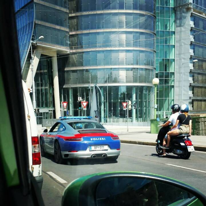 Porsche 911 vor dem Uniqa Tower (c) Evelin Past