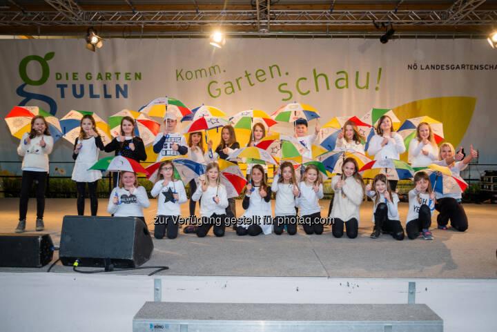 Schüler/Innen aus Paudorf zeigten beim LEADER Regionsfest auf der Bühne der GARTEN TULLN einen Regenschirmtanz - Verein Leader: LEADER Region Donau NÖ-Mitte ist trotz Hitze cool (Fotocredit: www.fischer-media.at)
