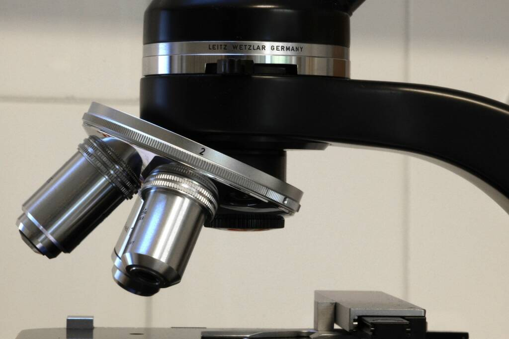 Lupe, Fokus, Blick, Vergrößern, Groß, Mikroskop (Bild: Pixabay/CrizzlDizzl https://pixabay.com/de/mikroskop-arzt-medizin-ausrüstung-2504292/ ) (07.08.2017)