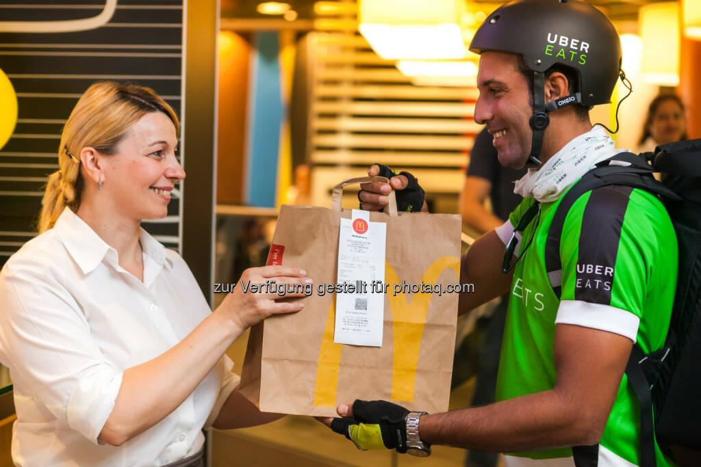 """McDonald's Österreich: Es ist so weit: UberEATS """"McDelivery"""" kommt nach Wien (Fotograf: Philipp Lipiarski / Fotocredit: McDonald's Österreich/ UberEATS), © Aussendung (07.08.2017)"""