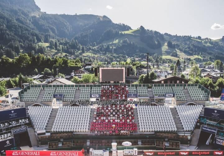 Das Gruppenfoto aller Mitarbeiter des ATP Generali Open mit dem Kitzbühler Hahnenkamm(Streif) im Hintergrund