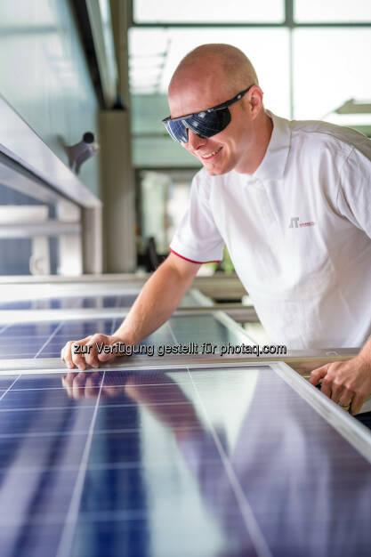 Arbeit mit Photovoltaik-Platten am AIT Austrian Institute of Technology - AIT Austrian Institute of Technology GmbH: Garantierte Qualität für die solare Energiezukunft (Fotograf: Schedl / Fotocredit: AIT), © Aussender (10.08.2017)