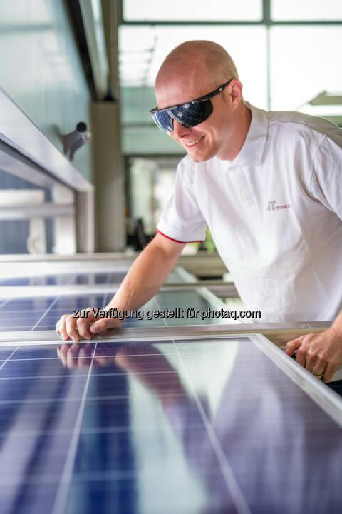 Arbeit mit Photovoltaik-Platten am AIT Austrian Institute of Technology - AIT Austrian Institute of Technology GmbH: Garantierte Qualität für die solare Energiezukunft (Fotograf: Schedl / Fotocredit: AIT)