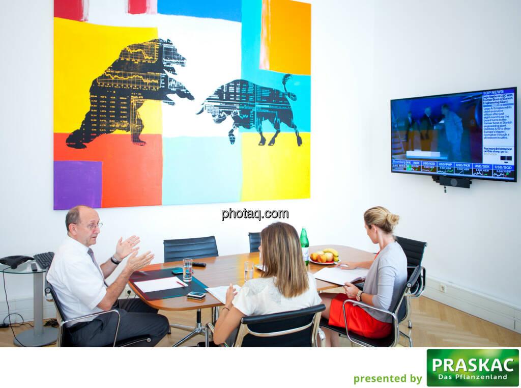 Bulle Bär: Börse-Vorstand Ludwig Nießen mit Christine Petzwinkler und Maria Zorn für das http://www.boerse-social.com/magazine #8 (c) Michaela Mejta (11.08.2017)