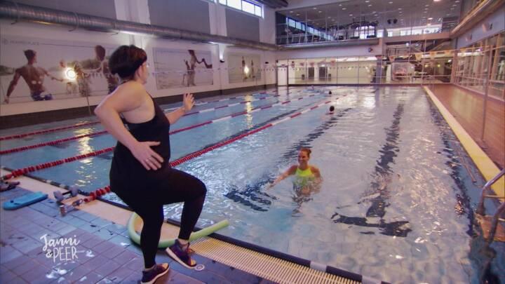 Surferin Janni Hönscheid probiert Aquagym, Wasser, Schwimmen, Schwimmbecken, Pool, Gymnastik, Fotocredit: RTL II
