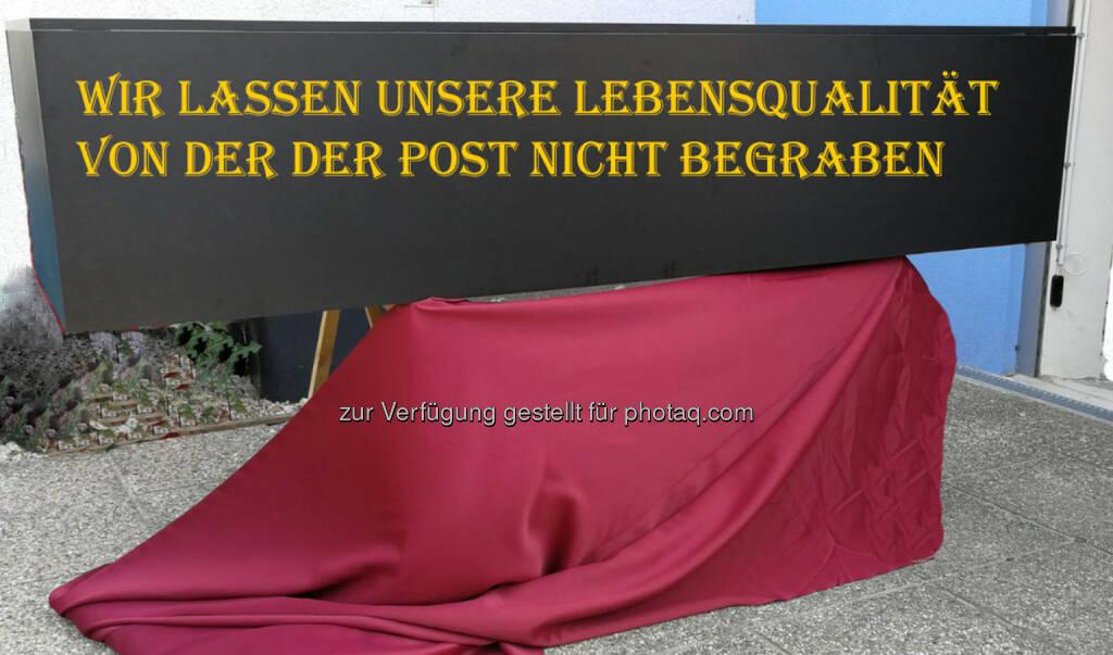 """Unabhängige Bürgerinitiative lelog.at: Trauermarsch vor der Unternehmenszentrale der Post AG – """"Wir lassen unsere Lebensqualität nicht von der Post begraben"""" (Fotograf: Daniel Moser-Krapfenbauer), © Aussender (14.08.2017)"""