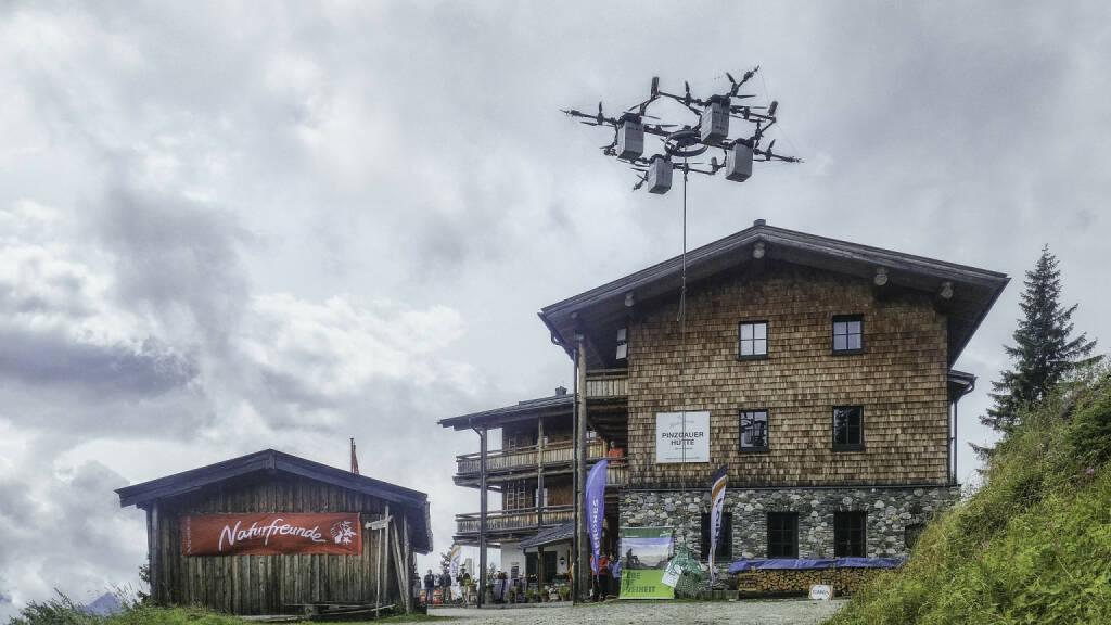 """Naturfreunde Österreich und IONICA stellen die """"E-Drohne"""" vor, Drohne, Hütte, Fotocredit: Naturfreunde Österreich, © Aussendung (22.08.2017)"""