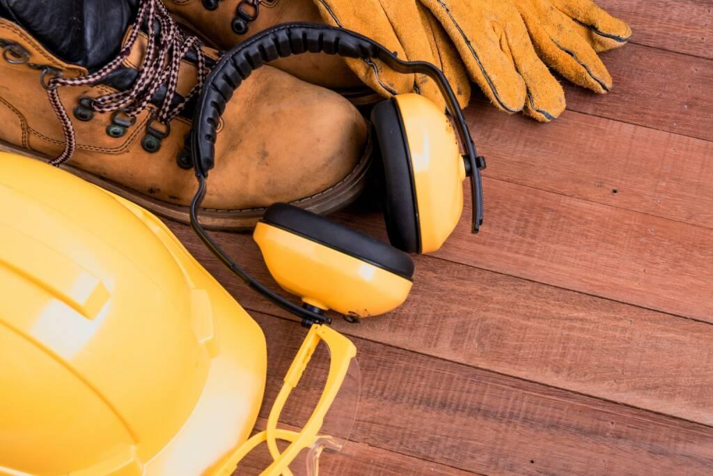 TÜV AUSTRIA Gruppe: Sicherheit, Arbeitsgewand, Ausrüstung, Lärmschutz, Bauhelm, Arbeitsschuhe, Handschuhe, Credit: Shutterstock, © Josef Chladek/photaq.com (23.08.2017)