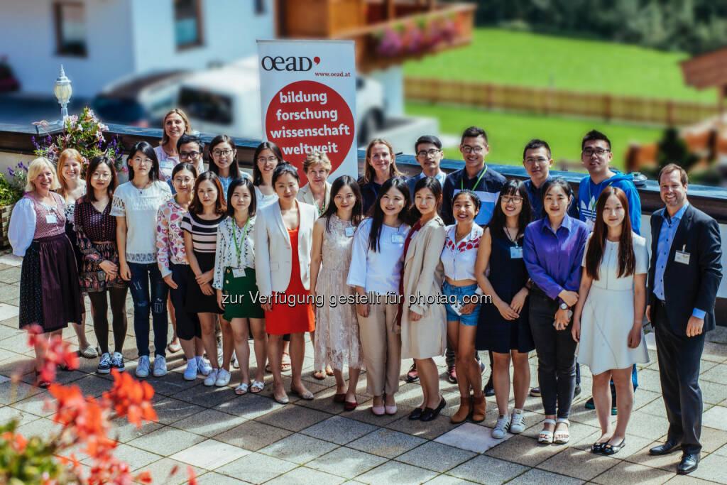 Die chinesischen Studierenden im Kreise ihrer Gastgeber/innen - OeAD (Österreichische Austauschdienst)-GmbH: 21 chinesische Studierende bei den Hochschulgesprächen in Alpbach (Fotograf: Maria Noisternig / Fotocredit: Europäisches Forum Alpbach), © Aussender (23.08.2017)