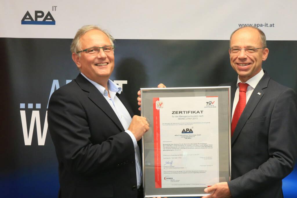 APA-IT erhält ISO-Qualitätssiegel für Informationssicherheit, v.l.n.r. Alexander Falchetto (APA-IT), Christoph Wenninger (TÜV AUSTRIA), Bild: APA-IT/APA-Fotoservice/Hautzinger, © Aussendung (28.08.2017)