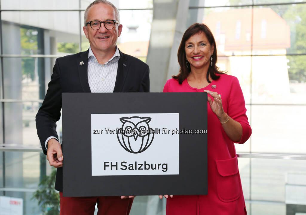 Die Geschäftsführung der FH Salzburg, Raimund Ribitsch und Doris Walter, mit dem neuen Logo - Fachhochschule Salzburg GmbH: Neuer Markenauftritt der FH Salzburg (Fotograf: Nina Bacher / Fotocredit: FH Salzburg), © Aussendung (05.09.2017)
