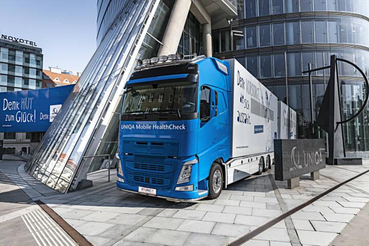 UNIQA Österreich erweitert das Gesundheitsservice für Firmenkunden, Uniqa-Truck vor dem Uniqa Tower, Foto: Uniqa/C. Halbauer
