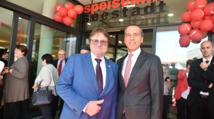 Wien Work eröffnet neue Firmenzentrale in der Seestadt Aspern; Wien Work-Geschäftsführer Wolfgang Sperl mit Bundeskanzler Christian Kern; Bild: ©leisure.at/Christian Jobst