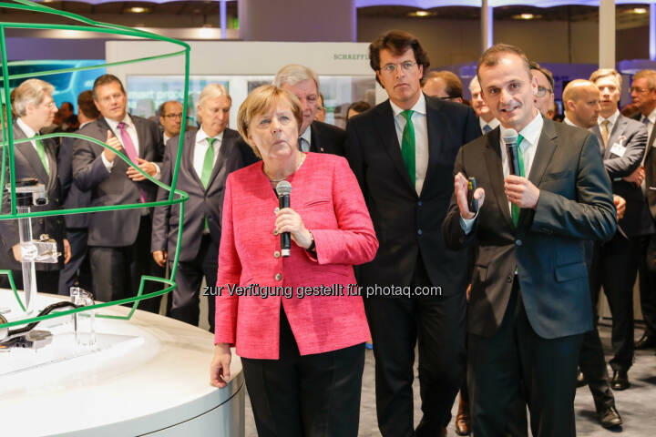 Beim Rundgang über den Messestand konnte sich Bundeskanzlerin Dr. Angela Merkel über die innovativen Lösungen von Schaeffler zur Gestaltung der Mobilität für morgen informieren. Bundeskanzlerin Dr. Angela Merkel, Klaus Rosenfeld, Vorsitzender des Vorstands Schaeffler AG, Matthias Zink, Vorstand Automotive Schaeffler AG - Schaeffler: Angela Merkel besucht Schaeffler auf der IAA (Fotocredit: Schaeffler)