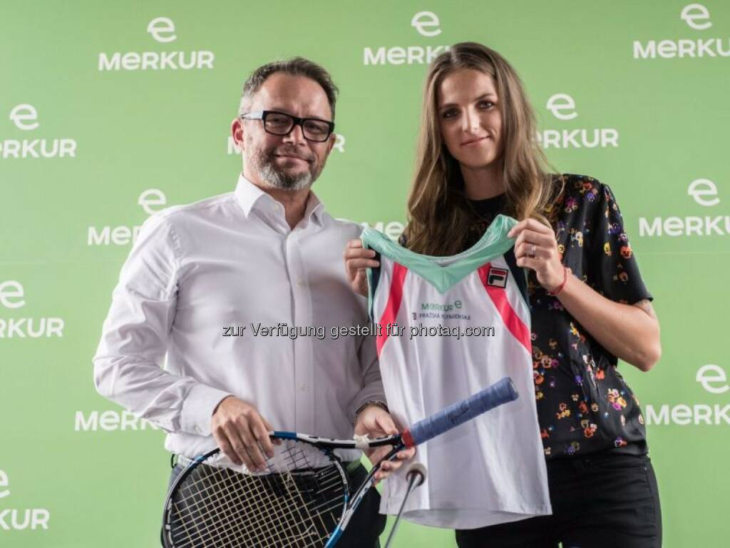 Merkur Generaldirektor Gerald Kogler und Top-Tennisspielerin Karolína Plíšková - Merkur Versicherung AG: Merkur Versicherung weitet Geschäftstätigkeit auf Tschechien aus (Fotocredit: Merkur Versicherung / Vlastimil Vacek), © Aussendung (15.09.2017)